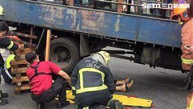 朱男騎車送貨不慎與貨車擦撞,整個人被捲入車底,民眾立刻報案並開堆高機撐起車體,順利救出受困的朱男(翻攝畫面)