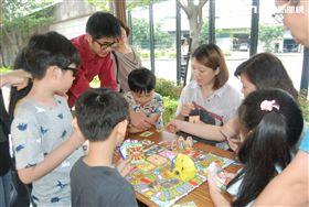 消防人員向大小朋友們講解消防知識,一邊體驗桌遊樂趣。(圖/翻攝畫面)