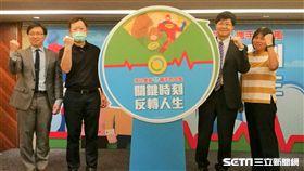 馬偕醫院腦中風中心主任傅維仁(右)說,反轉劑能夠幫助服用抗凝血劑的心房顫動患者,在面臨緊急手術等情況,立即恢復凝血功能。(圖/記者楊晴雯攝)