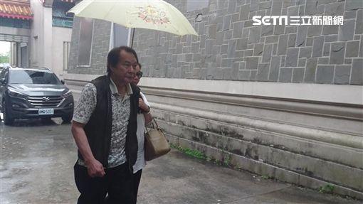 張魁與妻子楊珮琪冒雨前來板橋殯儀館想上香致意,卻撲了個空。(圖/記者游承霖攝)