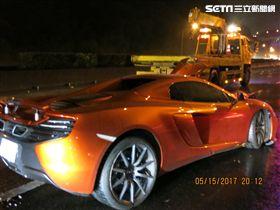 王姓駕駛開著借來的麥拉倫自撞護欄,修車粗估500萬。(圖/翻攝畫面)