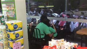 國中生在超商做出踰矩行為。(圖/翻攝爆廢公社)
