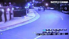 王男潛入先前擔任保全的社區行竊,卻不慎被屋主當場撞見,他摔爛對方手機阻止報警,卻仍遭聞訊趕來的警方當場逮捕(翻攝畫面)