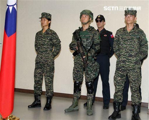 國防部發表海軍陸戰隊數位虎斑迷彩野戰服及憲兵勤務服裝。(記者邱榮吉/攝影)