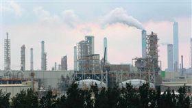 新新聞1576期,六輕煙囪所排放的白煙,常被外界跟空氣污染畫上等號。本刊資料