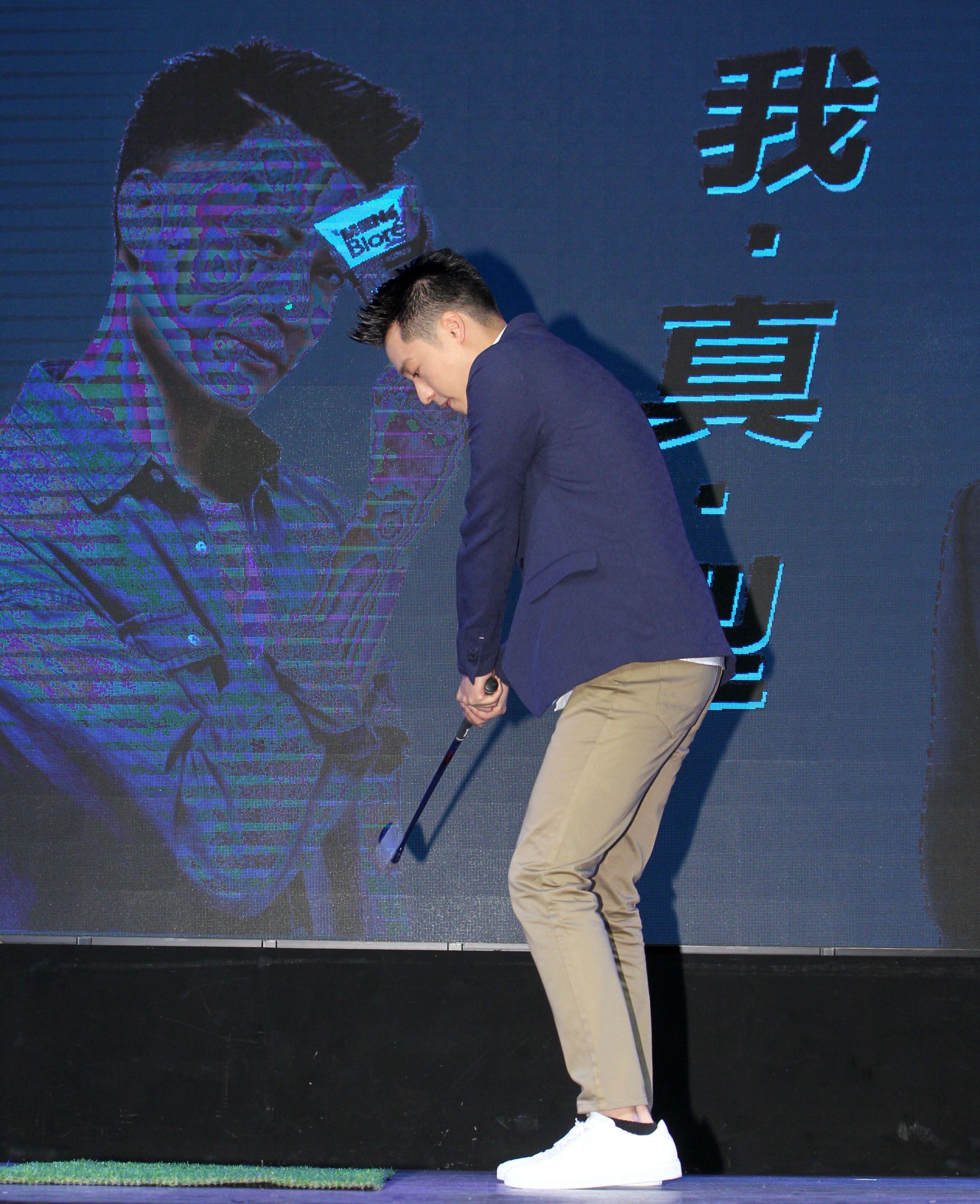 周湯豪在DJ台上帥氣的刷牒並做職業級的高爾夫揮竿動作。(記者邱榮吉/攝影)