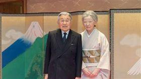 天皇明仁與王后(圖/翻攝自日本宮內廳) http://www.kunaicho.go.jp/activity/gokinkyo/01/h28-1223-ph.html