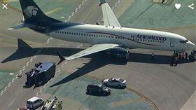 洛杉磯,飛機,機場,卡車,意外,翻覆,Aeromexico,墨西哥,國際航空(推特 https://twitter.com/search?q=Aeromexico&src=typd)