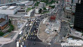 忠孝西路北門周邊路型改善工程於105年11月21日開工,依照交維計畫分四階段施工,逐步調整為都市計畫道路路型 林欽榮視察 新工處提供