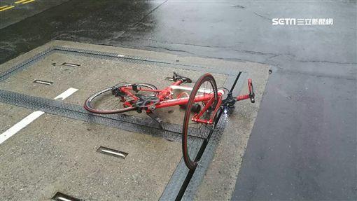 單車車輪卡住!馬路藏3.5公分隙縫 騎士摔飛住院觀察中SOT