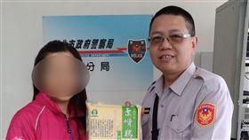 警員自掏腰包買來生活物資援助古婦。(圖/翻攝畫面)