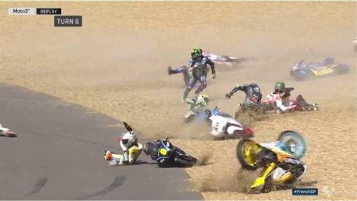 影 賽道上有油漬 摩托車 摔成一團 嚇壞觀眾 運動 三立新聞網setn Com