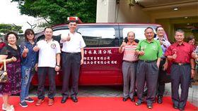 陳志新(左三)捐贈勘災車,並由新北市消防局長黃德清(左四)代表受贈。(圖/翻攝畫面)