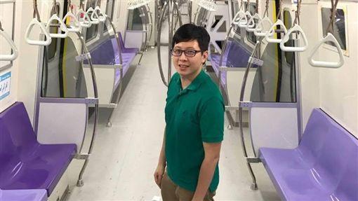 綠黨桃園市議員王浩宇搭機捷(圖/臉書)