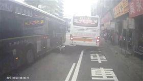 周男頭部險些遭路過公車輾過。(圖/擷取自YOUYUBE)