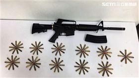 張男販毒擔心遭黑吃黑,竟隨身攜帶美製AR-15突擊步槍,警方趁他外出遛狗時一舉逮獲,訊後依槍砲及毒品罪送辦(翻攝畫面)