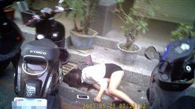 陳女醉倒路旁,險遭撿屍。(圖/翻攝畫面)