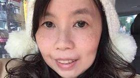 專欄作家楊馨丈夫將醫院輪椅放到自家車上依竊盜罪現行犯逮捕。(圖/翻攝當事人臉書)