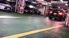 李姓女藥商業物進入馬偕醫院地下停車場停車時,人未下車機械停車格卻已啟動,導致她開車門時撞擊到鋼架後損壞,業者事後允諾全額賠償,李女仍將此事PO上《爆料公社》(翻攝畫面)