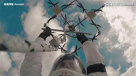 300公尺跳傘,對無人機和跳傘員來說都是大挑戰。
