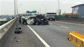 警車遭貨車撞爛 員警下車處理事故逃過一劫