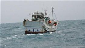高雄地檢署指揮海巡署26日在金門縣烏坵鄉查獲東港籍漁船「永富升號」(圖),涉嫌走私海洛因達1800塊,總重約達693公斤,是近年查獲最大宗漁船走私海洛因案,檢方初估市值近新台幣100億元。中央社/雄檢提供