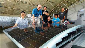 商業周刊1541期,2005年鄭榮和(左2)與學生克難打造太陽能車,參加世界賽事,12 年後他們回到當初的鐵皮屋,不同的是,青澀學生已成搶手人才。(攝影/商業周刊楊文財)