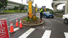 警方在各交通要道編排警力疏導,確保民眾交通順暢。(圖/翻攝畫面)