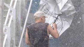 梅姬,颱風,雨傘,強風,下雨,大雨(圖/中央社) 16:9裁圖