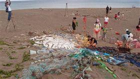 海洋,塑膠,垃圾,淨灘/荒野保護協會臉書。藝術家Liina Klauss正在進行海洋癈棄物藝術創作(https://goo.gl/vHjlDc)