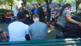 英國男星約翰波耶加(John Boyega)昨日在英國倫敦演出舞台劇時,劇場疑似被放有炸彈,當下決定中止演出,並緊急疏散觀眾。 圖/翻攝自推特