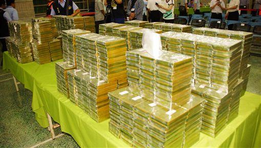 上百億海洛因走私案  運送如臨大敵高雄籍漁船「永富升號」被查獲走私海洛因693公斤,市價上百億元,專案小組28日在雄檢展示查扣毒品,運送過程如臨大敵,全副武裝幹員全程警戒。毒品、走私/中央社