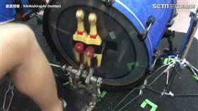 鼓手把尖叫雞綁在大鼓上。