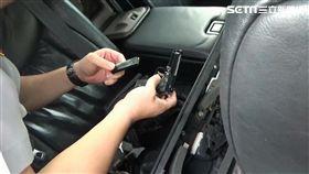 警方在凌志車內發現模型槍及子彈。(圖/翻攝畫面)