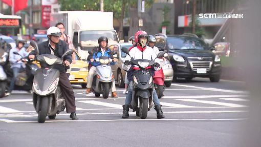 快車道速限擬統一50變40 民怨交通恐塞 -機車騎士-騎士-等紅燈-騎機車-