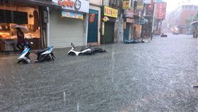 淡水老街淹水封街。
