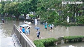 輔大校園也淹水,餐廳和「中美堂」,學生現在稱作中美湖。