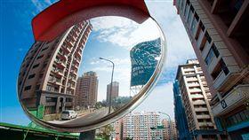 (勿用)名家/商業周刊/房市景氣退潮就像一面照妖鏡,反映出台灣產業發展疲弱的真相。圖為眾多投資客套牢的新北市淡海新市鎮。(攝影者:許世穎)