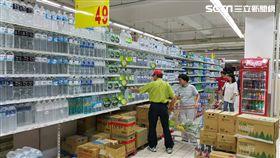 賣場推出瓶裝水促銷。