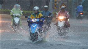 豪雨,降雨,下雨,淹水,停班課 圖/中央社