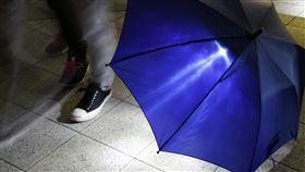 雨傘 鞋子  https://www.flickr.com/photos/oimax/4468752468/in/photolist-SUk3q-48LN98-33DA9q-9Bg1QD-CnKvoT-4Yyy55-fhmTm-7NTwqm-6oWxj6-ah8f2N-bpD8KW-6q15Tt-yH8Vzu-6c2Sbq-s2sDz-D9kC-53H9JM-6EFNG-BFJukG-ATUn2F