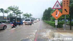 豪大雨,暴雨,淹水,鋒面,新北,大雨,淡水,中正東路,交通,道路,積水-翻攝畫面
