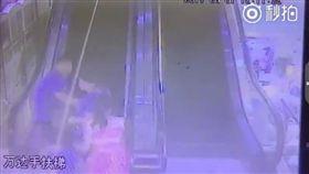 大陸南昌,電扶梯夾人意外,男童(圖/翻攝自秒拍)