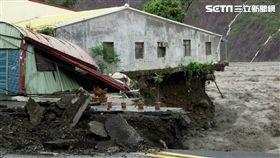鐵皮屋陷溪流 遭洪水沖刷岌岌可危