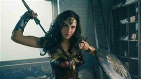 最新「神力女超人」蓋兒加朵,相較於之前更突顯出女性力量。(圖/華納兄弟)
