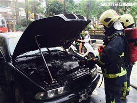 消防人員架水線灌救。(圖/翻攝畫面)