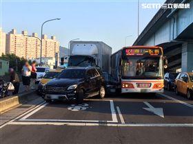 大貨車疑似煞車失靈推撞前方共5部車輛。(圖/翻攝畫面)