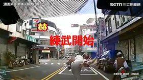 怪大叔好忙!紅燈停車就地練武功。(圖/翻攝自新埔人臉書)