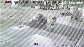 楊男因缺錢買毒,騎車前往西門町,尾隨婦人飛車行搶,得手7千多元現金及手機,警方只花11小時便已破案(翻攝畫面)