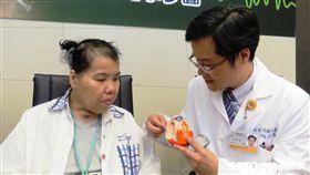 趙女士(左)體內心臟去顫器故障,一天最多被電七次差點危及生命。(圖/北醫提供)